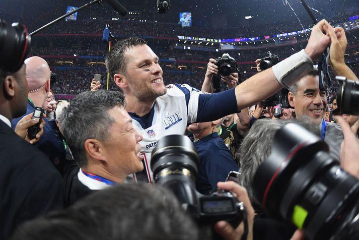 Tom Brady fagnar sjötta sigrinum.