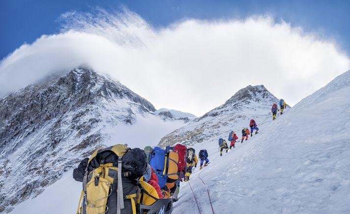 Tímabilið þar sem fjallgöngumenn reyna að komast á tind Everest stendur yfir þessar vikurnar þegar veðurskilyrði eru hagstæðust.