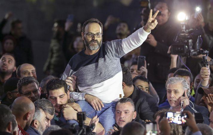 Ziad Itani var sigri hrósandi þegar honum var sleppt úr haldi.