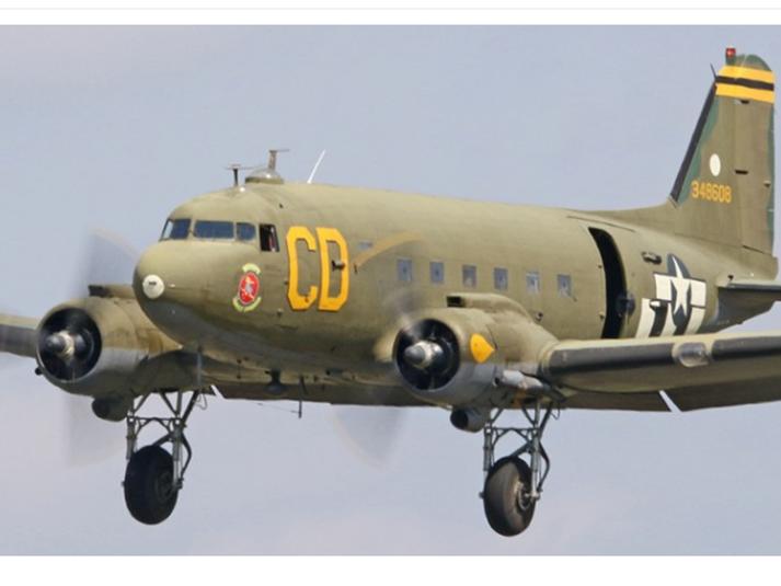 Hernaðarútgáfan af þristunum nefnist C-47 en borgaralega útgáfan DC-3. Meðal vélanna er þessi, sem kallast Betsy's Biscuit Bomber.
