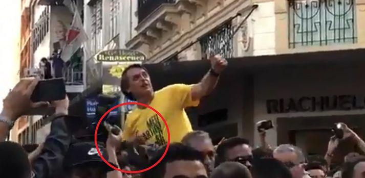 Stuðningsmenn Jair Bolsonaro báru hann í gegnum fjölmenni á götum Juiz de Fora þegar hann var stunginn.