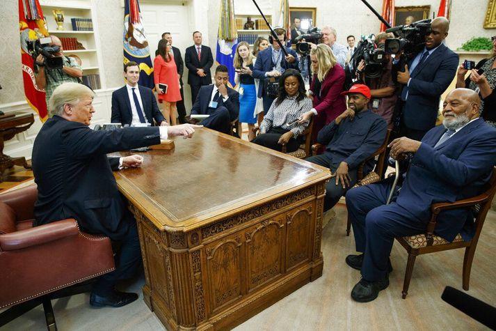 Kanye West, með rauða derhúfu, á fundi með Donald Trump í forsetaskrifstofunni í október árið 2018.