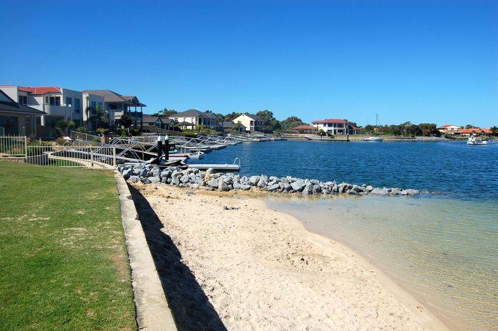 Frá strönd í úthverfi Port Lincoln í Ástralíu.