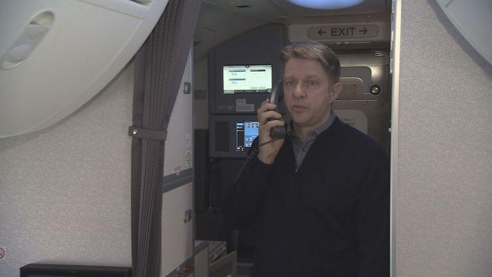 Bogi Nils Bogason forstjóri Icelandair um borð í MAX 737-flugvélinni í dag.