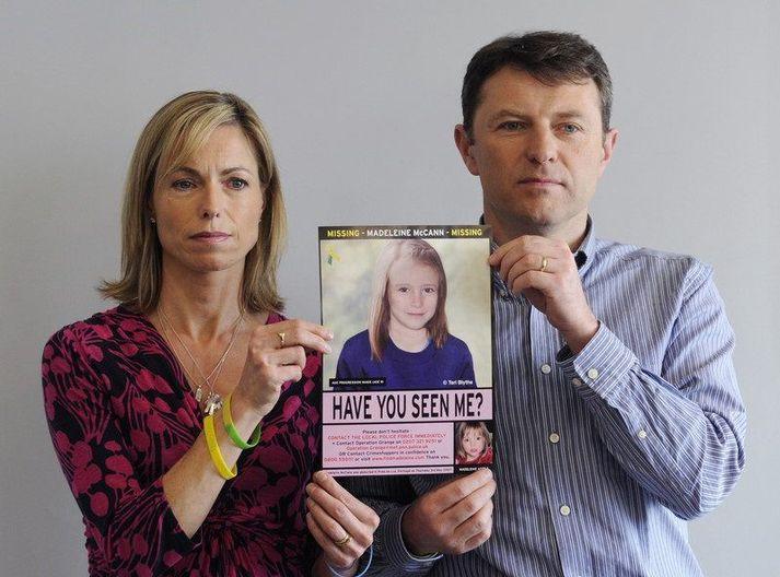 Kate og Gerry McCann halda á mynd af dóttur sinni, Madeleine, árið 2012.