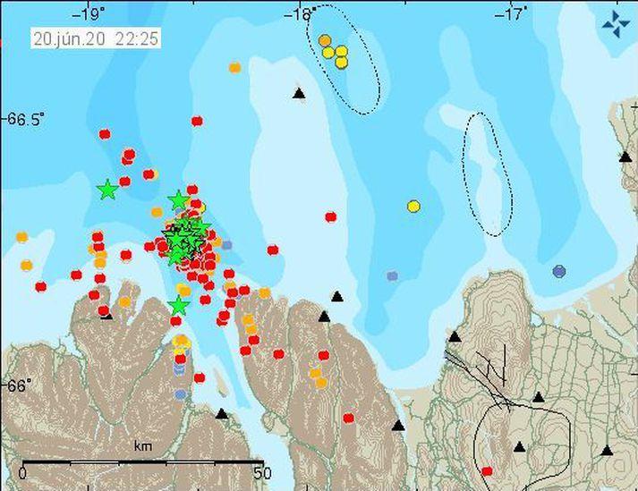 Staðan eins og hún var klukkan 22:25. Stjörnumerktir jarðskjálfar eru stærri en 3,0.