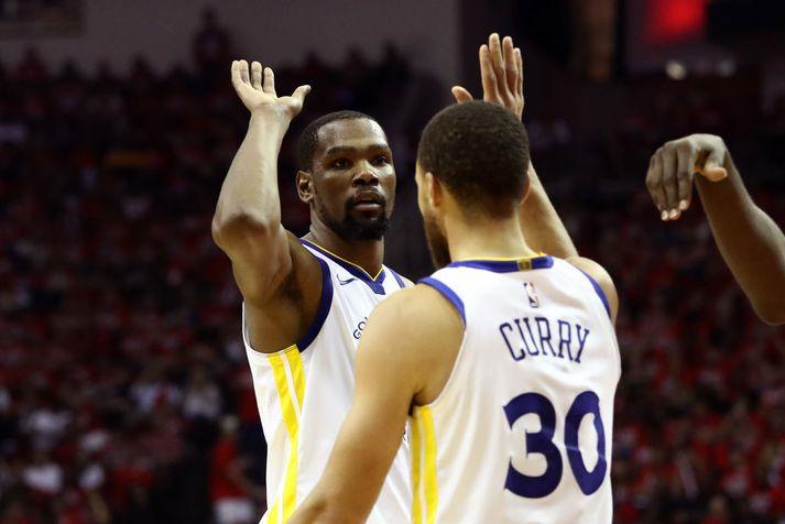 Durant og Curry fagna í nótt.