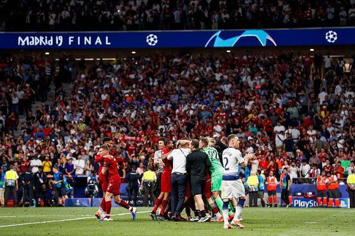 Trippier þakkar stuðningsmönnum Tottenham fyrir stuðninginn á meðan Liverpool menn fagna.