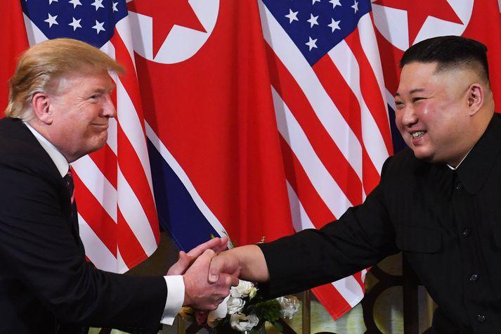 Donald Trump og Kim Jong-un í Víetnam í gær.