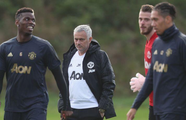 José Mourinho fylgist með Paul Pogba á æfingu með Manchester United.