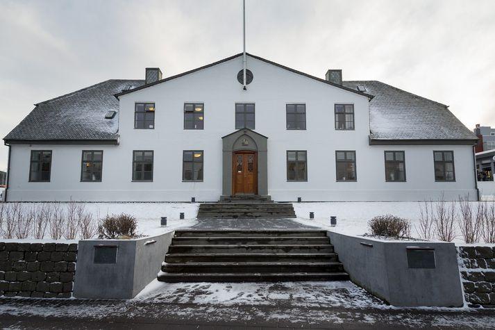 Þegar hafa verið settar upp hleðslustöðvar á bílastæði sex ráðuneyta.