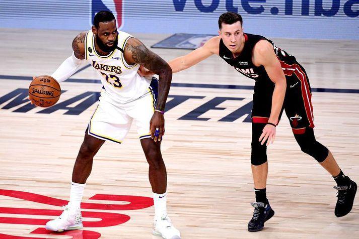 Duncan Robinson sést hér að dekka LeBron James í úslitaeinvígi Los Angeles Lakers og Miami Heat.