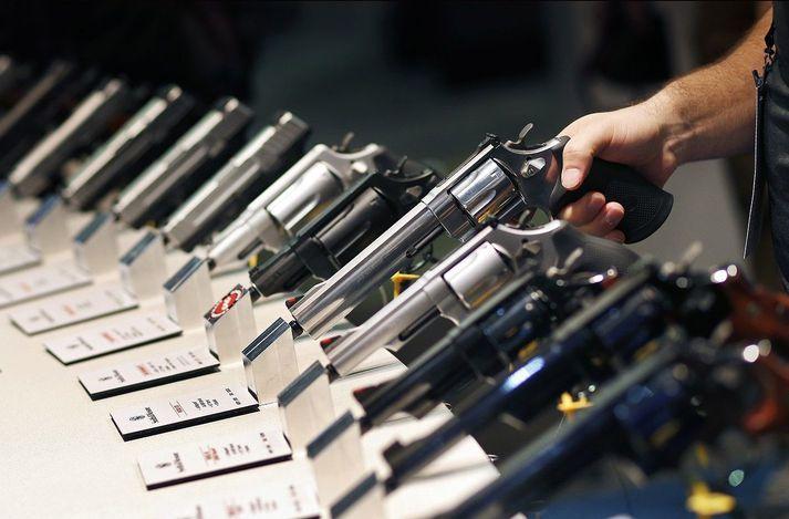 Meðal þeirra fyrirtækja sem lögsóknin beinist gegn eru Smith & Wesson, Barret Firearms Manufacturing, Beretta USA, Glock og Colt's Manufacturing.