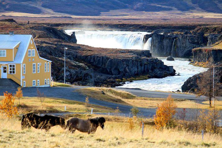Stendur rétt við Goðafoss eins og sjá má á myndinni.