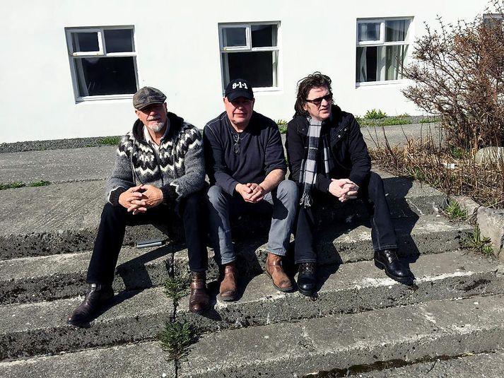 Gömlu skólabræðurnir Egill, Benedikt Helgi og Rúnar Þór njóta þess að ferðast saman, spjalla saman og spila saman.