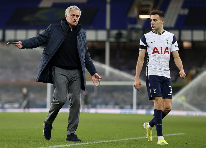 Tony Adams fannst José Mourinho vera á réttri leið með Tottenham. Forráðamenn liðsins voru því ósammála og ráku hann í vor, nokkrum dögum fyrir úrslitaleik deildabikarsins.
