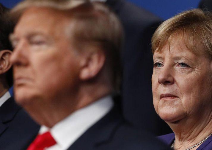 Trump og Merkel á leiðtogafundi NATO í desember. Þýska ríkisstjórnin greip til aðgerða til að tryggja að óvenjuleg símtöl Trump og Merkel spyrðust út.