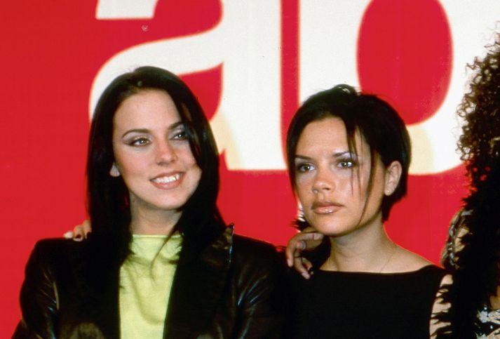 Mel C, eða Sporty Spice, og Victoria Beckham, eða Posh Spice, þegar vinsældir Kryddpíanna stóðu sem hæst.