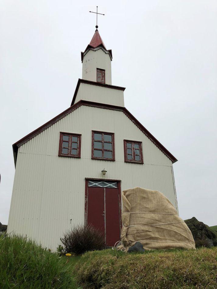 Sóknarnefndarformaðurinn útvegaði mannskap til að koma legsteini Viggu gömlu fyrir í Skeiðaflatarkirkjugarði. Þar bíður steininn þess að verða afhjúpaður.