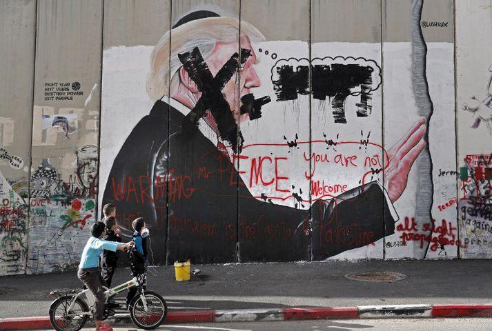 Veggmynd af Trump á aðskilnaðarmúr Ísraelsmanna í Betlehem. Ákvörðun Trump um að viðurkenna Jerúsalem sem höfuðborg Ísraels lagðist illa í leiðtoga Palestínumanna.
