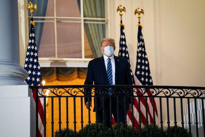 Donald Trump, Bandaríkjaforseti, sést hér fyrr í vikunni á svölum Hvíta hússins eftir að hann útskrifaðist af spítala.