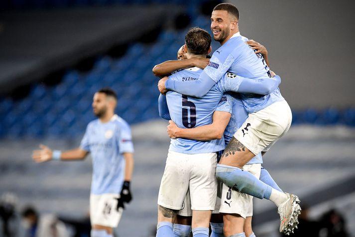 Leikmenn Manchester City fagna að leik loknum í kvöld.
