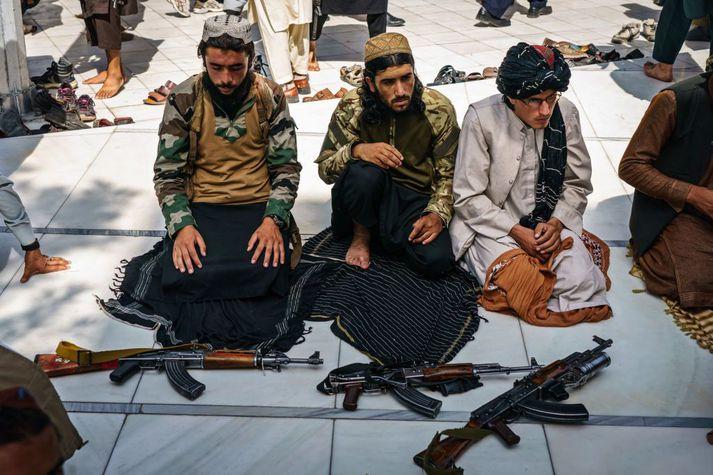 Talibanar leggja niður vopn sín fyrir föstudagsbænir í Kabúl.