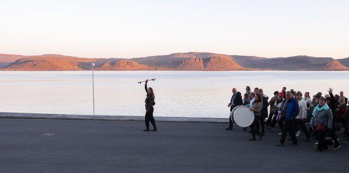 Á sunnudeginum fóru gestir hátíðarinnar í skrúðgöngu.