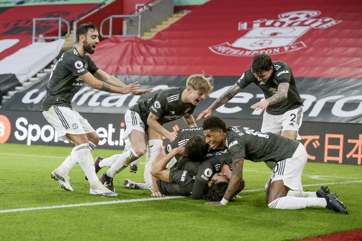 Leikmenn Manchester United fagna Edinson Cavani eftir að hann skoraði sigurmark liðsins gegn Southampton.