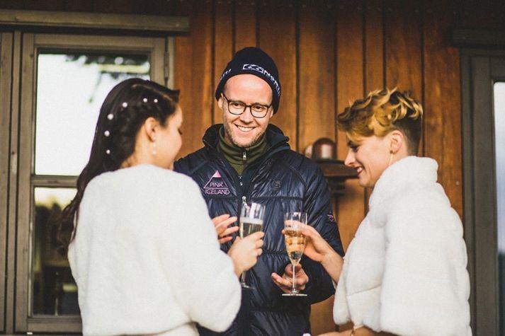 Hannes Páll Pálsson, einn eigenda Pink Iceland. Hann sést hér ásamt brúðhjónum, sem fengu fyrirtækið til að skipuleggja brúðkaup sitt í október síðastliðnum.