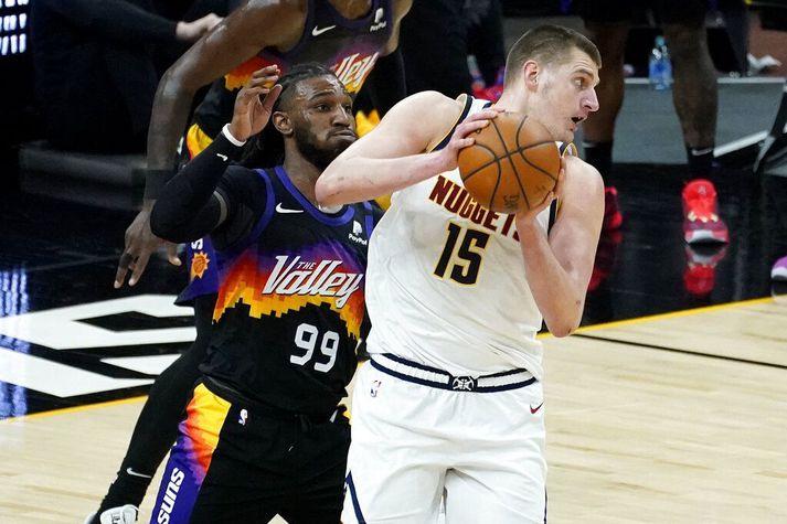 Nikola Jokic er í miðju einvígi við Phoenix Suns en var í nótt útnefndur mikilvægasti leikmaðurinn í NBA-deildarkeppninni í vetur.
