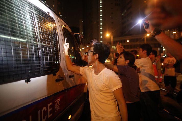 Lögreglan í Hong Kong veitti ekki leyfi fyrir fjöldasamkomu eða kröfugöngu um helgina en mótmælendur héldu ótrauðir áfram.