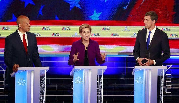Cory Booker (t.v.), Elizabeth Warren (f.m.) og Beto O'Rourke á kappræðusviðinu í gærkvöldi.