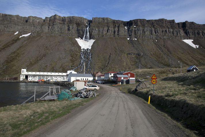 Djúpavík tilheyrir Árneshreppi, fámennasta sveitarfélagi landsins.