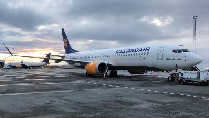 Tvær af MAX-vélum Icelandair við flugskýli á Keflavíkurflugvelli.. Mývatn er fjær en Búlandstindur nær.