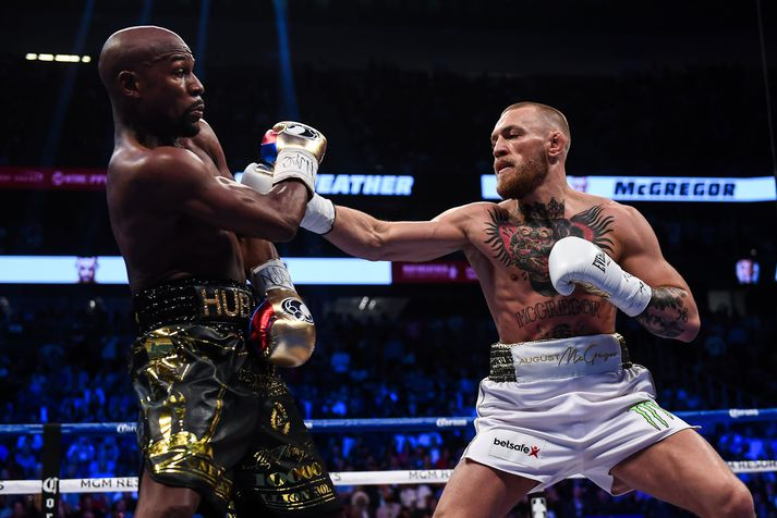 Conor McGregor reyndi sig við Floyd Mayweather í boxhringnum fyrir þremur árum.