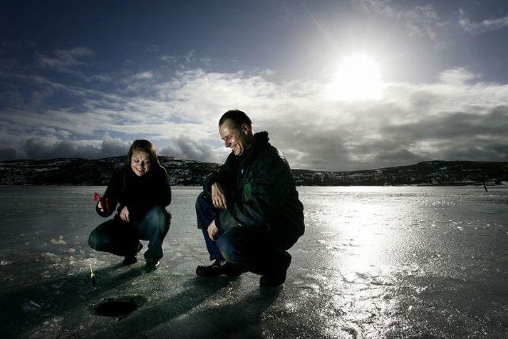 Anna Kvaran og Wolfgang Pomorin staðarhaldari dorga úti á miðju vatni.