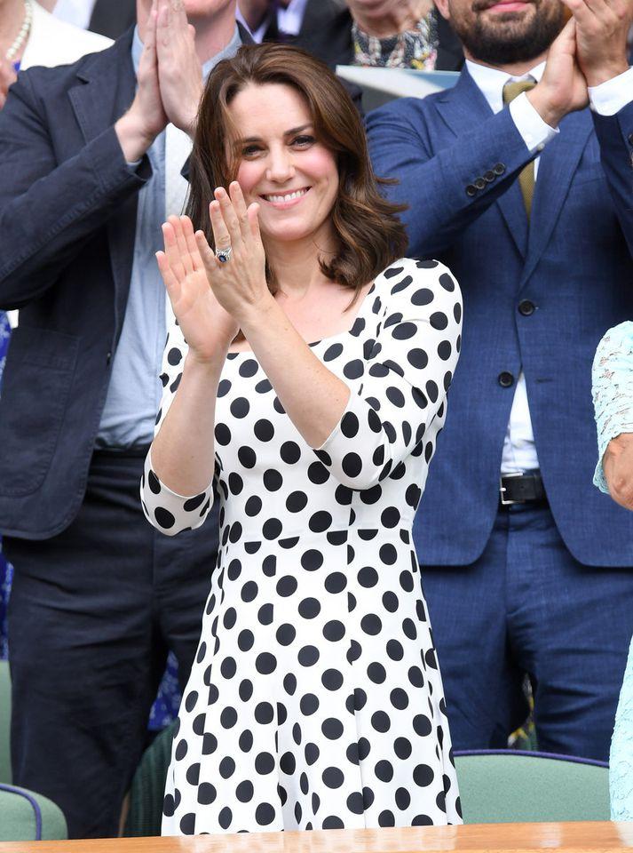 Kate Middleton klæddist doppóttum kjól frá Dolce & Gabbana.