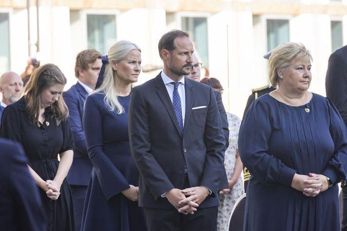 Hér eru Hákon Magnús, Metta Marit, prinsessa, og Erna Solberg, forsætisráðherra, við minningarathöfnina í morgun.