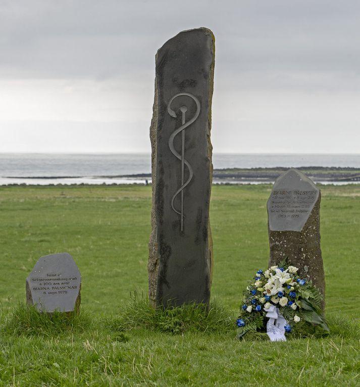 Blómsveigur var lagður að minnisvarða Bjarna Pálssonar við Nesstofu í gær.