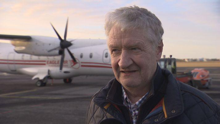 Hörður Guðmundsson við Dornier-vélina á Reykjavíkurflugvelli í dag.