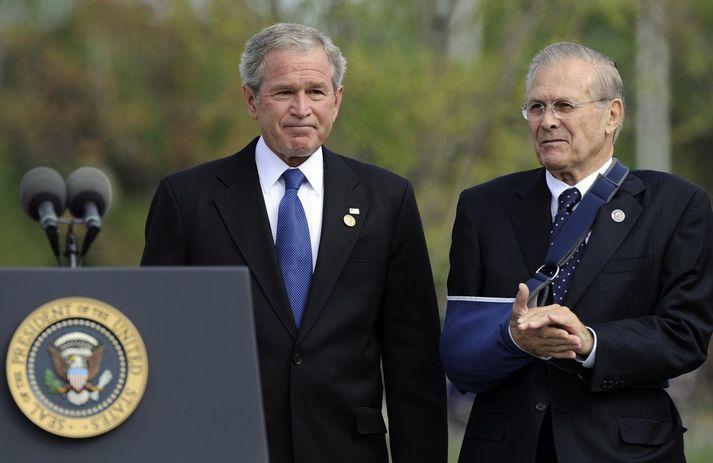 Donald Rumsfeld stendur hér við hlið George Bush árið 2008.