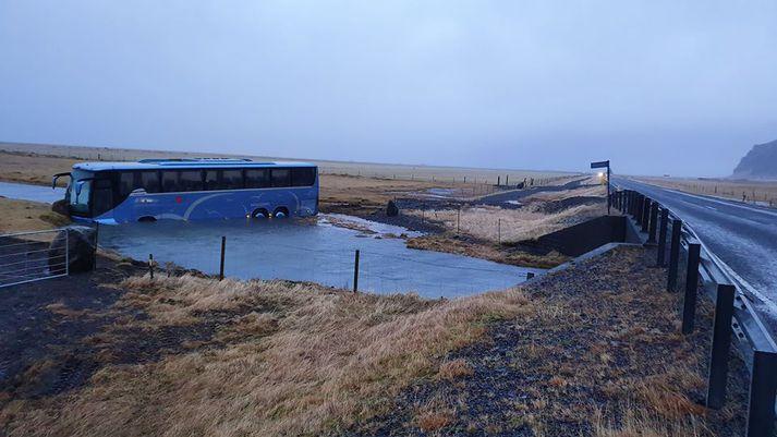 Rúta European Coach Services úti í á í morgun,