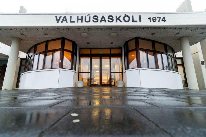 Um 200 nemendur Valhúsaskóla voru sendir heim vegna smits nemanda.