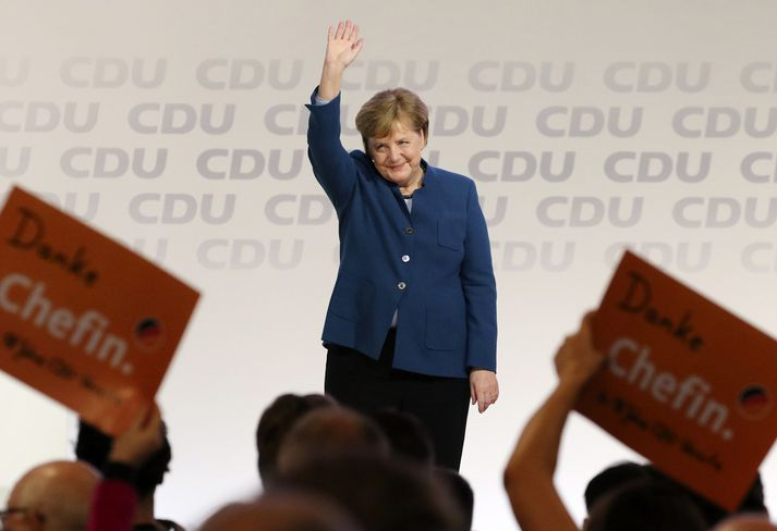Flokkssystkini Merkel héldu spjöldum á lofti sem á stóð Takk, stjóri.