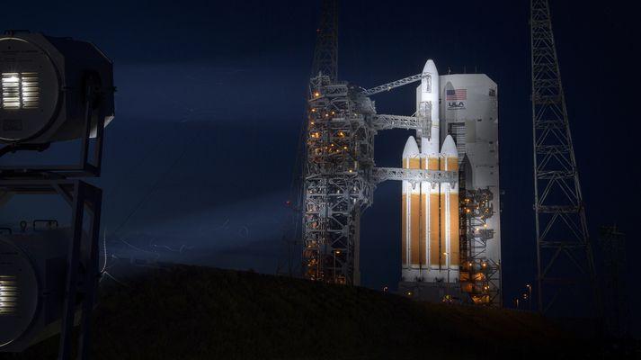 Delta IV-eldflaugin á skotpallinum á Canaveral-höfða á Flórída.