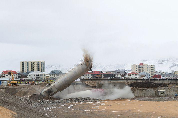Strompur sementsverksmiðjunnar var sprengdur niður á Akranesi í fyrra.