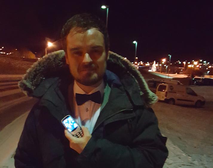 Guðfinnur Einarsson með gjöf gjafanna þessi jólin, Nokia 3310 farsímann.
