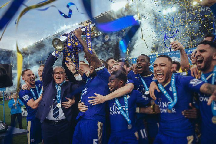 Leicester City fagnar titlinum vorið 2016. Fyrirliðinn n Wes Morgan og knattspyrnustjórinn Claudio Ranieri lyfta Englandsbikarnum.