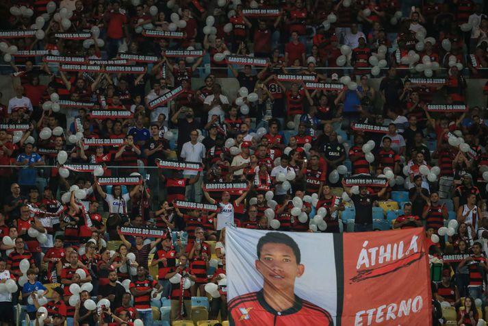 Stuðningsmenn Flamengo minnast hér drengjanna sem létust.
